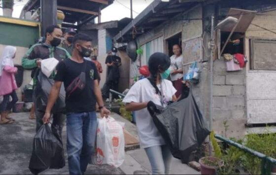 Suasana pembagian nasi kotak dan sembako yang digagas oleh Nasi Kotak Jogja kepada lansia di bantaran Kali Code, Kotabaru, Jumat (16/4). (Harian Jogja/Yosef Leon)