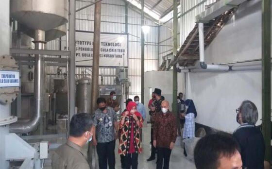 Menkop UKM, Teten Masduki, berkunjung ke sentra pengolahan tebu menjadi gula cair di Bener, Desa Malangjiwan, Kebonarum, Klaten, Jumat (9/4/2021). (Solopos-Ponco Suseno)
