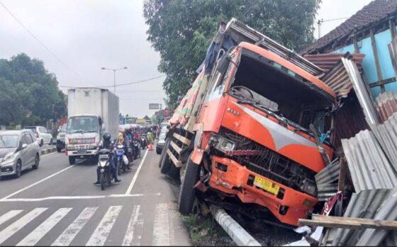 Kondisi truk fuso yang menabrak rumah bayan pinggir Jalan Solo-Jogja, tepatnya di Dukuh, Delanggu, Jumat (9/4/2021) pagi. (Solopos-Ponco Suseno)