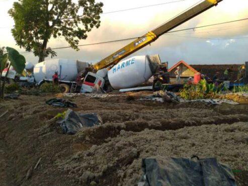 Dua truk molen yang kecelakaan di Desa Girimulyo, Ngargoyoso, Karanganyar, dievakuasi menggunakan crane, Selasa (20/4/2021). (Istimewa/Sukarelawan Karanganyar Emergency)