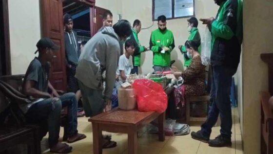 Pengunjung mengantre membeli nasi sambal tumpang Bu Wardi Pecing, Sragen Tengah, Sragen, Kamis (8/4/2021) dini hari. (Solopos/Moh. Khodiq Duhri)