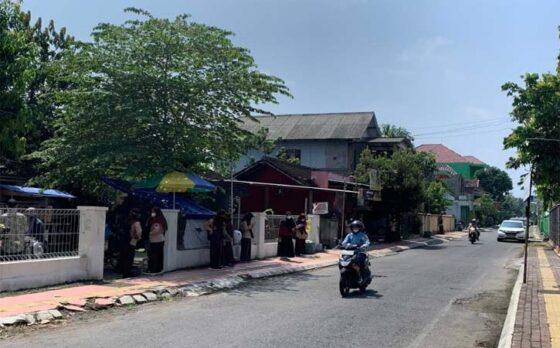 Siswa SMKN 1 Karanganyar yang mengikuti uji coba PTM menunggu jemputan orang tua, Jumat (9/4/2021). (Solopos-Candra Putra Mantovani)