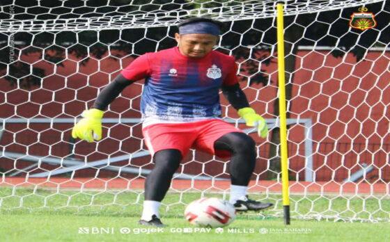 Kiper Bhayangkara Solo FC, Wahyu Tri Nugroho, berlatih rutin di Stadion Mini Universitas Sebelas Maret (UNS) Solo, Selasa (6/4/2021). Wahyu dikabarkan kian dekat comeback ke Persis Solo, klub yang pernah dibelanya musim 2006-2009.(Chrisna Caniscara/Solopos)