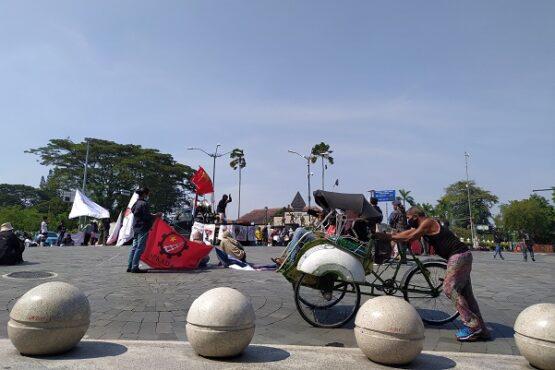 Suasana aksi ARUS dan AMP memperingati Hari Buruh di Kawasan Nol KM, Jogja, Sabtu (1/5). (Harian Jogja/Sirojul Khafid)