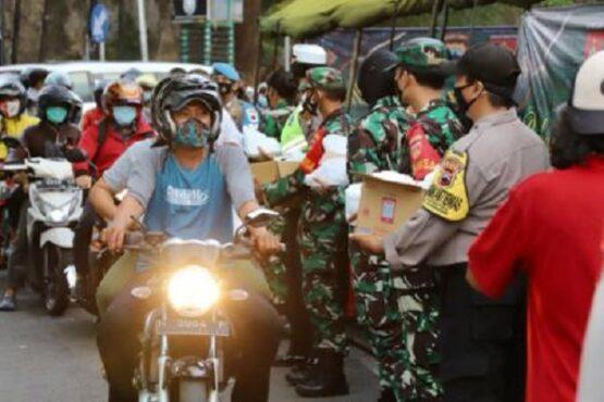 Tentara & Polisi Jateng Bagikan Ribuan Takjil