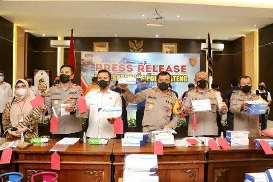 Kapolda Jateng, Irjen Pol. Ahmad Luthfi, menunjukkan alat rapid test antigen ilegal saat gelar kasus di Kantor Ditreskrimsus Polda Jateng, Rabu (5/5/2021). (Semarangpos.com-Bidhumas Polda Jateng)