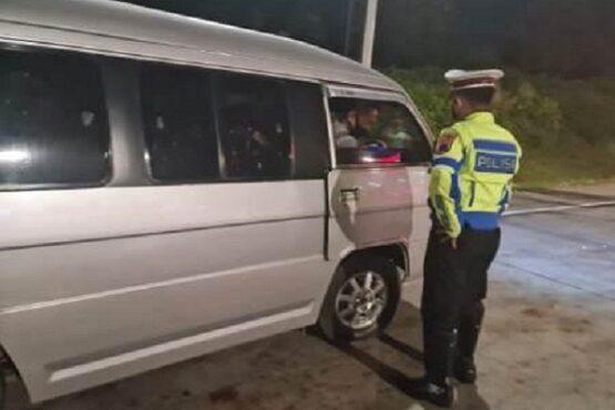 Aparat Polrestabes Semarang tengah menghentikan kendaraan travel yang akan masuk Kota Semarang di GT Kalikangkung, Kamis (6/5/2021). (Semarangpos.com-Bidhumas Polda Jateng)