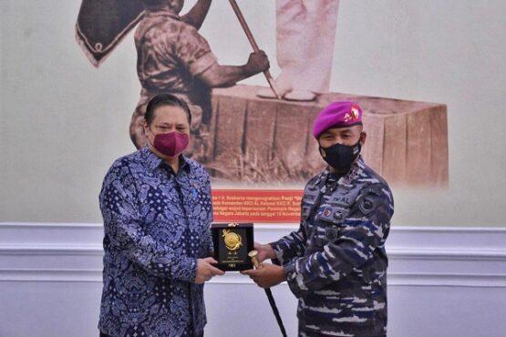 Menko Bidang Perekonomian Airlangga Hartarto bersama Komandan Korps Marinir TNI Angkatan Laut Mayor Jenderal TNI (Mar) Suhartono, Jumat (7/5/2021). (Istimewa)