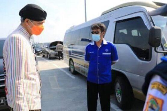 Gubernur Jateng Ganjar Pranowo berbincang dengan sopir travel yang mengangkut rombongan dari Klaten menuju Ngawi di exit tol Sragen, Kamis (6/5/2021). (Semarangpos.com-Humas Pemprov Jateng)