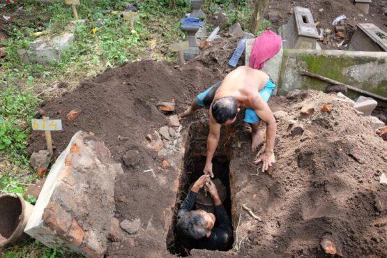 Pekerja menggali kubur di Makam Jongke Kelurahan Sondakan, Kecamatan Laweyan, Solo, Jumat (7/5/2021). (Solopos/Wahyu Prakoso)