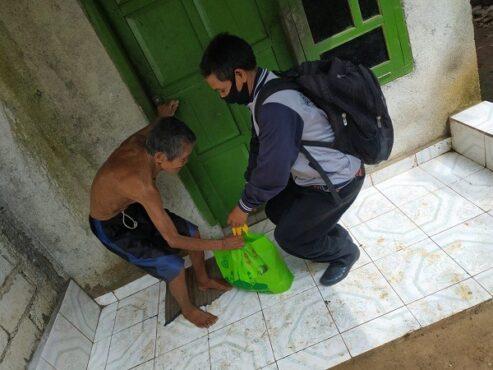 Gansabara Berbagi memberikan paket sembako kepada masyarakat terdampak pandemi Covid-19. (Istimewa)