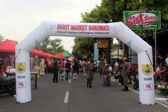 Para pengunjung diawasi aparat Satpol PP saat beraktivitas di Night Market Sukowati yang menempati Jl. Diponegoro Sragen, Sabtu (8/5/2021). (Solopos.com/Tri Rahayu)