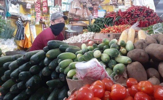 Pedagang sayur di Pasar Besar Kota Madiun menunggu pembeli, Kamis (6/5/2021). (Abdul Jalil/Madiunpos.com)