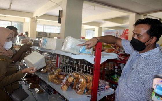 Sejumlah roti berjamur ditemukan tim gabungan di sebuah minimarket di Puroasri, Karangmalang, Sragen, saat melakukan sidak, Senin (10/5/2021). (Solopos/Tri Rahayu)
