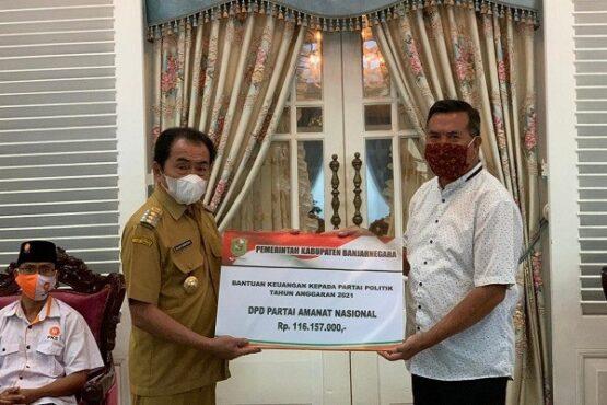 Bupati Budhi Sarwono Serahkan Bantuan Keuangan Parpol