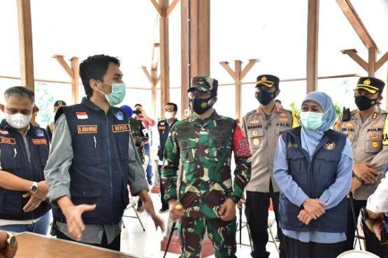 Gubernur Jawa Timur, Khofifah Indar Parawansa, berkunjung di tempat karantina pekerja migran Indonesia di Sanggar Pramuka Jiwan, Madiun, Sabtu (8/5/2021). (Istimewa/Pemkab Madiun)