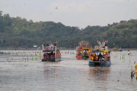 Perahu wisata Rawa Jombor, Desa Krakitan, Kecamatan Bayat, Klaten, membawa pengunjung mengelilingi kawasan rawa-rawa, Minggu (16/5/2021). (Solopos/Taufiq Sidik Prakoso)