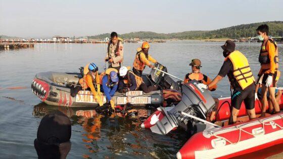 TIm SAR Gabungan menerjunkan penyelam untuk mencari dua korban perahu terbalik di Waduk Kedungombo, Boyolali, yang sampai sekarang belum ditemukan, MInggu (16/5/2021) siang. (Istimewa/tim SAR Jateng)