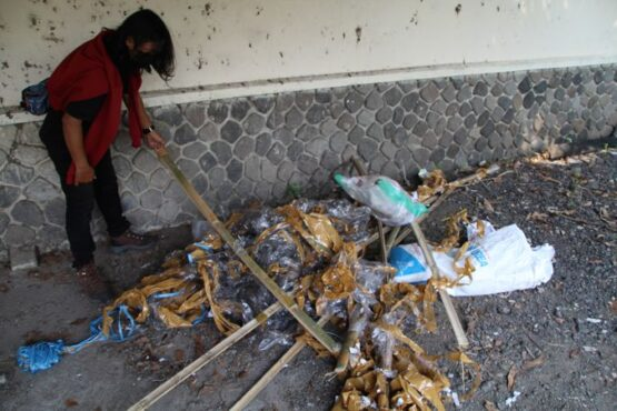 Warga menunjukkan sisa-sisa balon udara dengan petasan yang meledak di Dukuh Krapyak, Desa Sabrang, Kecamatan Delanggu, Klaten, Senin (17/5/2021). (Solopos/Taufiq Sidik Prakoso)