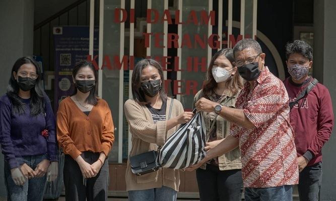 Dekan FISKOM UKSW menyerahkan bantuan secara simbolis untuk mahasiswa asal NTT. (Solopos.com/UKSW)