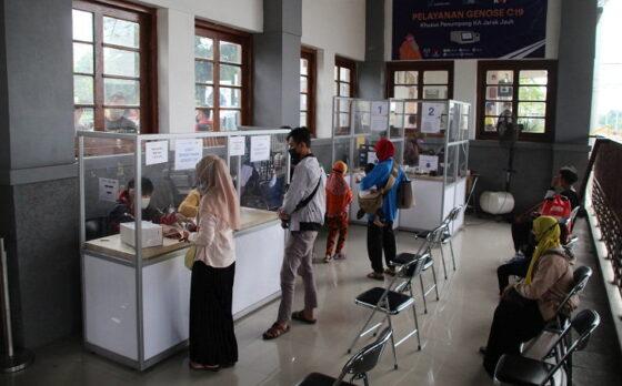 Para calon penumpang kereta api mengikuti tes deteksi Covid-19 menggunakan GeNose di Stasiun Klaten, Selasa (18/5/2021). (Solopos/Taufiq Sidik Prakoso)