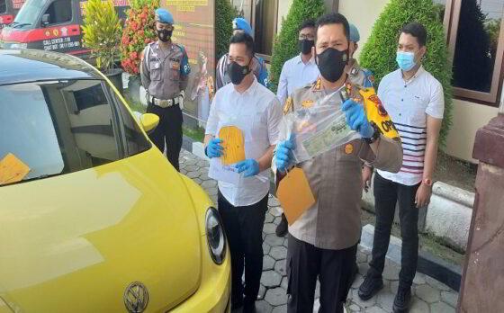 Kapolres Klaten, AKBP Edy Suranta Sitepu (kanan) saat menunjujkan barang bukti STNK mobil VW warna kuning yang digunakan untuk menerobos penyekatan pemudik di Mapolres Klaten, Senin (10/5/2021). (Solopos.com/Ponco Suseno)