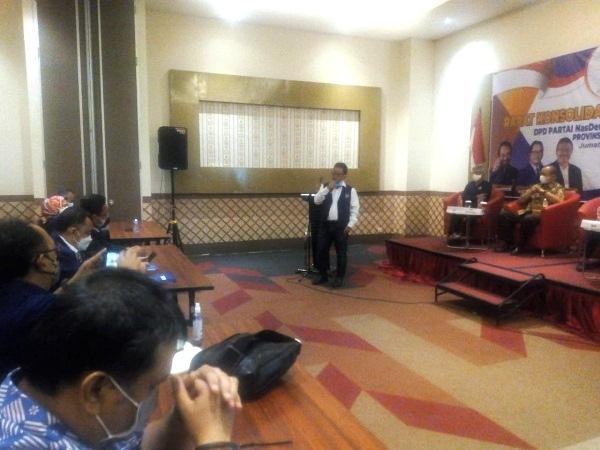 Ketua Teritorial Pemenangan Jawa 3 Partai Nasdem, Sugeng Suparwoto memberikan arahan saat Konsolidasi dan Pengukuhan kader Nasdem di Hotel FrontOne Purwodadi, Jumat (28/5/2021). (Solopos.com/Arif Fajar Setiadi)