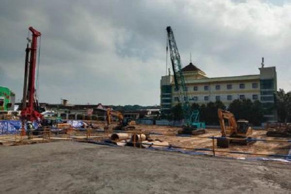 Sejumlah alat berat didatangkan untuk pembangunan Menara UNS di eks lahan rumah dinas rektor UNS di Kentingan, Jebres, Solo, Jateng, Jumat (28/5/2021). (Solopos.com-Akhmad Ludiyanto)