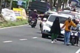 Dighosting Pacar Penyebab Perempuan Berjalan di Tengah Jalan Magetan