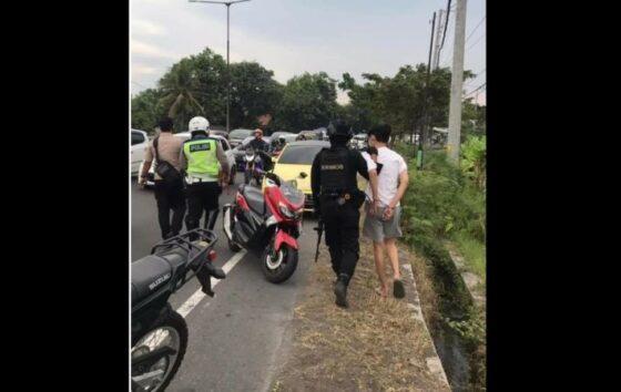 Polisi menggiring ABG Klaten pengendara VW warna kuning yang menerobos penyekatan di Pospam Prambanan, Klaten, Sabtu (8/5/2021). (Instagram @energisolo)