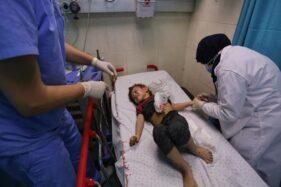 Seorang anak yang cedera akibat serangan Israel terhadap rumah tinggal keluarga Palestina, Abu Khatab, di kamp pengungsi Al-Shati, Jalur Gaza, mendapatkan perawatan di rumah sakit Shifa, Gaza City, Sabtu (15/5/2021).  (Anadolu Agency/Ashraf Amra)
