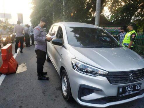 Anggota Polres Klaten memeriksa identitas pengendara mobil di Prambanan, Selasa (11/5/2021) sore. (Dok. Polres Klaten)