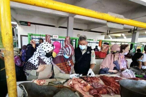 Aparat Pemkot Magelang memeriksa daging di pasar tradisional. (Antara)