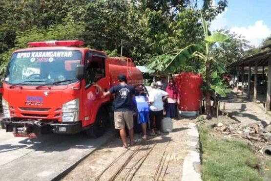 Tim Badan Penanggulangan Bencana Daerah (BPBD) Karanganyar mengirimkan bantuan air bersih ke Dusun Ngrawan, Krendowahono, Jumat (14/5/2021). (Istimewa/BPBD Karanganyar)