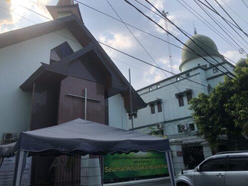 GKJ Joyodiningratan dan Masjid Al-Hikmah, Kratonan, Serengan, Solo, yang berdiri berdampingan. Foto diambil pada Selasa (12/5/2021) sore.(Espos/Ichsan Kholif Rahman)