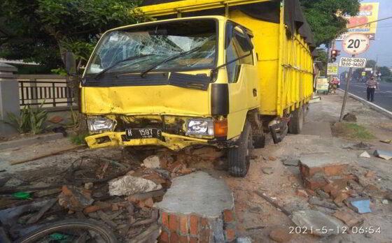 Truk Ngeblong Seruduk Motor & Warung Hik di Jalan Solo-Semarang Boyolali
