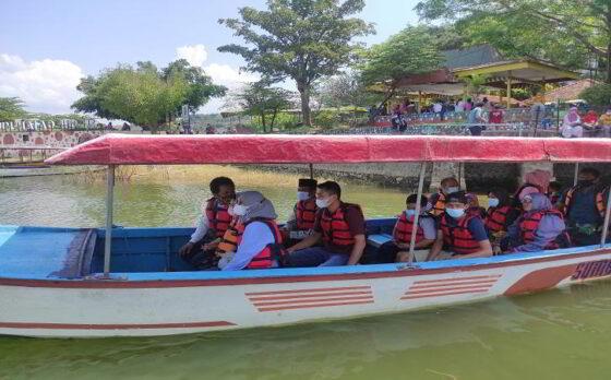 Para wisatawan sedang menaiki perahu wisata di kawasan Obyek Wisata Waduk Gajah Mungkur Wonogiri, Senin (17/5/2021). (Solopos.com/Aris Munandar)