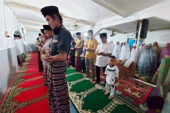 Jamaah Naqshabandiyah Padang salat Id, Rabu (12/5/2021). (Antara)