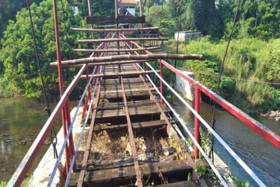 Kondisi jembatan gantung di OMAC Tulung, Jumat (14/5/2021). Jembatan gantung dalam kondisi rusak dan tak layak dilintasi pengunjung sejak munculnya pandemi Covid-19, Maret 2020. (Espos/Ponco Suseno)