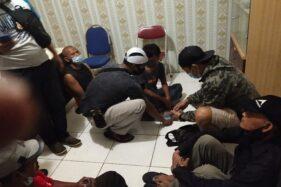 Asyik Judi Dadu Online di Pinggir Jalan, 6 Orang di Laweya Solo Dibekuk Polisi