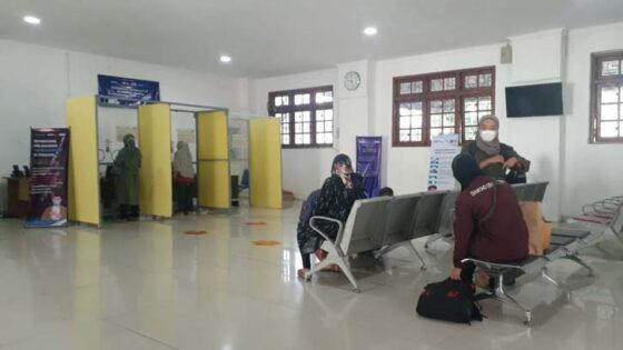 Calon penumpang KA melakukan tes GeNose C19 di Stasiun Madiun, Selasa (4/5/2021). (Solopos.com/Abdul Jalil)