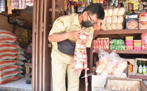 Petugas Satgas obat dan makanan ilegal mengecek bahan-bahan yang dijual di Pasar Karangpandan, Karanganyar Senin (10/5/2021). (Istimewa/Diskominfo Karanganyar)