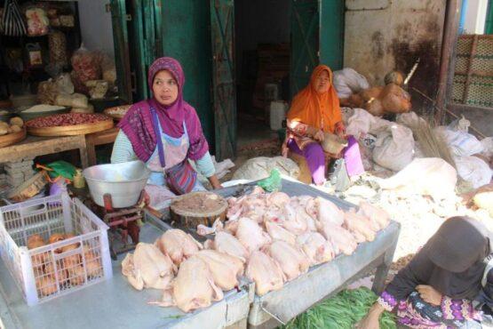Pedagang daging ayam tengah menunggu pembeli di Pasar Ir. Soekarno, Rabu (12/5/2021). (solopos.com Bony Eko Wicaksono)