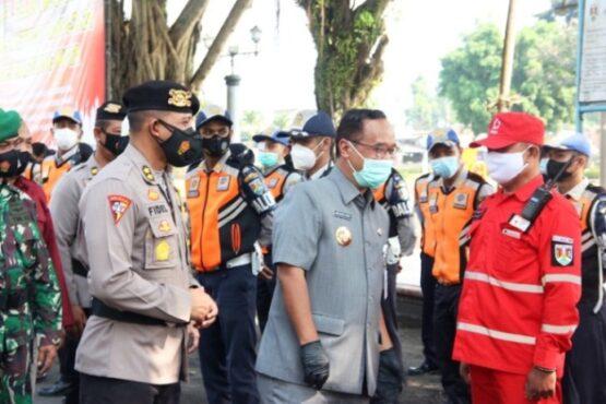 Wali Kota Magelang dan Kapolres Magelang Kota memeriksa kesiapan pasukan. (Istimewa Pemkot Magelang)