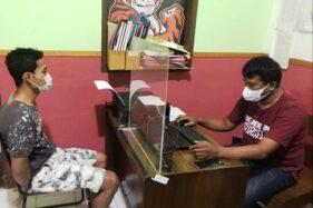 Pemuda Gondol 29 Ponsel di Counter Handphone Banyumas