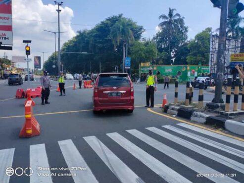 Petugas memeriksa kendaraan di pos penyekatan Prambanan, Klaten, Sabtu (15/5/2021). (Istimewa/ Polres Klaten)