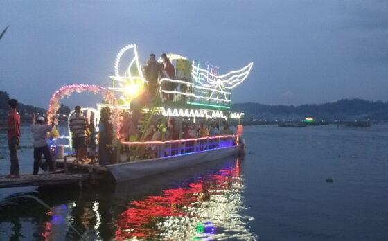 Sejumlah pengunjung menumpang perahu hias/perahu tradisional di Rawa Jombor, Krakitan, Bayat, Kamis (13/5/2021). Jumlah warga yang berminat naik perahu tersebut mengalami peningkatan pesat saat memasuki Lebaran 2021, Kamis (13/5/2021). Kondisi itu diprediksi akan bertahan hingga satu pekan mendatang. (Solopos/Ponco Suseno)