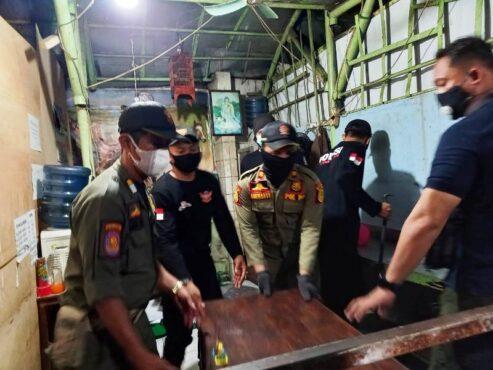 Petugas Satpol PP Kota Semarang membongkar tempat jual beli judi togel. (Semarangpos.com-Satpol PP Kota Semarang)