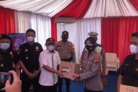Berkunjung ke Pos Pengamanan Mudik di Solo, Ketua Senkom Bagikan Bingkisan ke Petugas