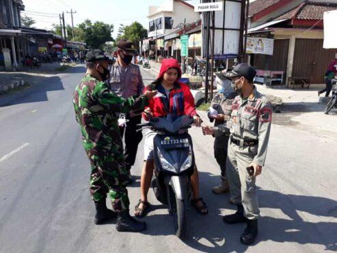 Seorang pengendara sepeda motor terjaring razia masker yang digencarkan saat libur Lebaran di wilayah Kecamatan Bulu, Sukoharjo, Sabtu (15/5/2021). (Espos/Bony Eko Wicaksono)